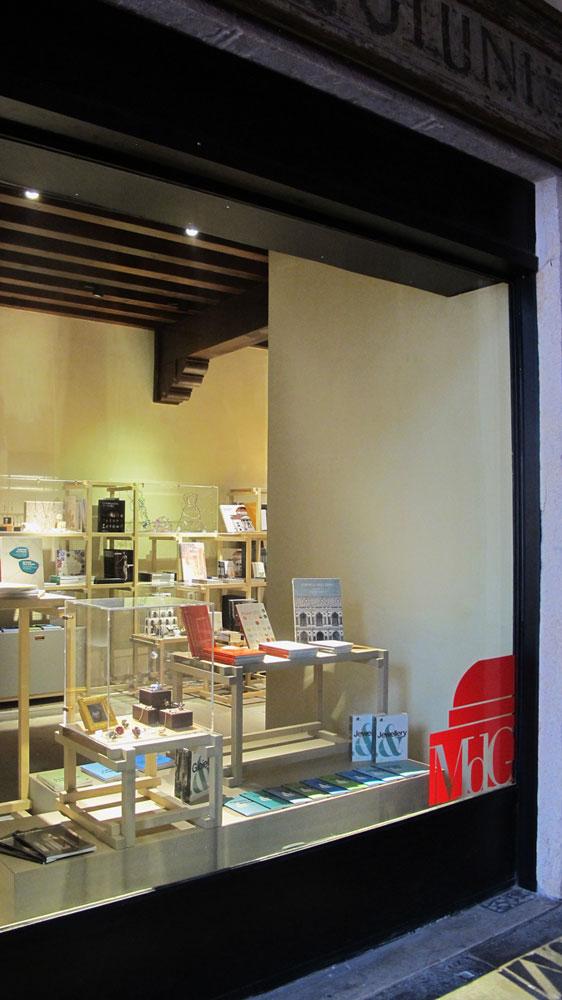 Il nuovo Museo del Gioiello in Basilica Palladiana. Lo shop ospita i miei due libri sul Palladio, in vetrina e Scamozzi sullo sfondo.